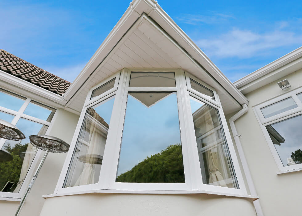 https://stedek.co.uk/wp-content/uploads/2018/04/White-uPVC-bow-window-close-up.jpg