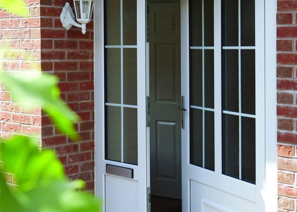 https://stedek.co.uk/wp-content/uploads/2018/04/White-uPVC-entrance-door-with-side-panel.jpg